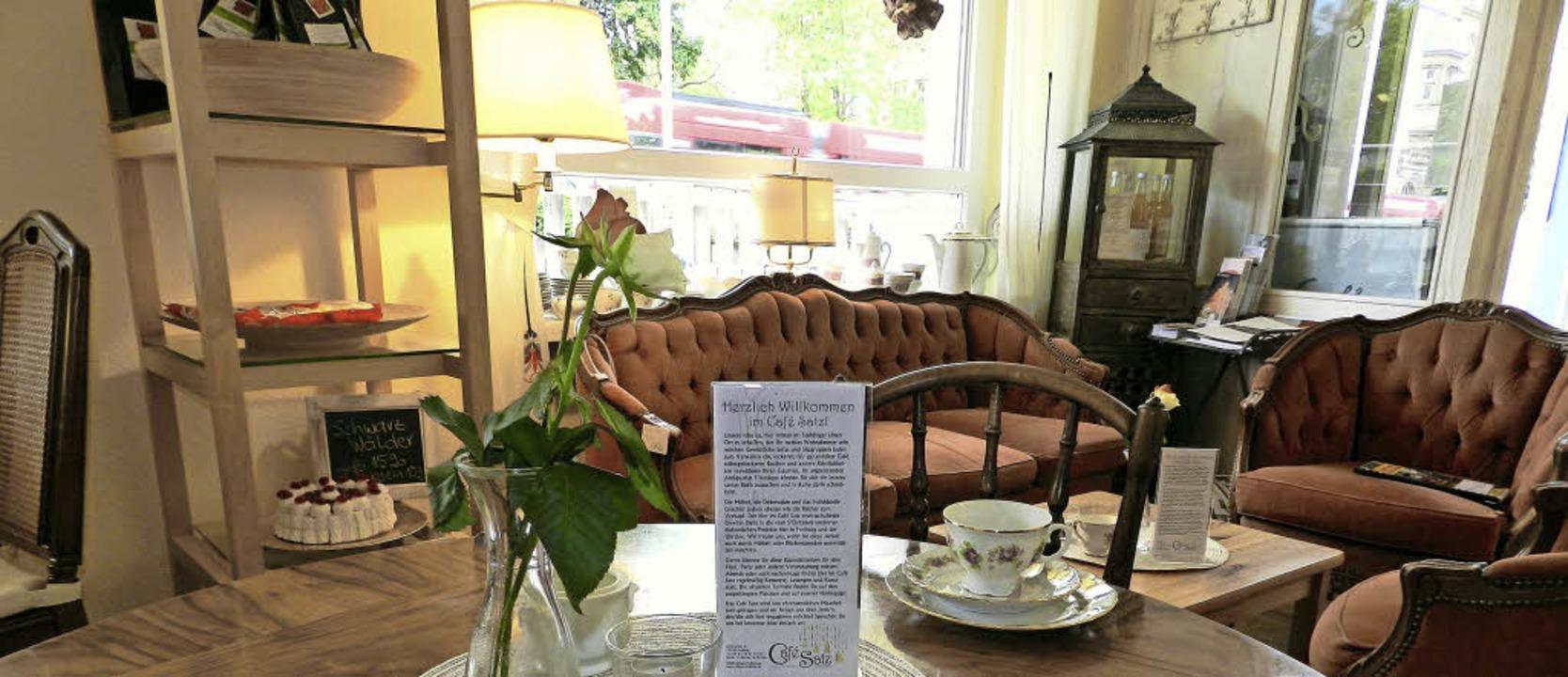 Kaffeekultur auf rotem Plüschsofa   | Foto: privat