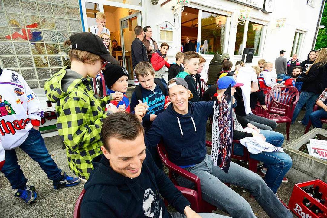 Auch Vladimir Darida vom SC gratulierte den EHC-Spielern zum Aufstieg.    Foto: Ingo Schneider
