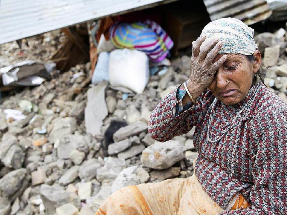 Erschöpft, wütend, verzweifelt: eine F...zerstörten Haus nördlich von Kathmandu    Foto: dpa