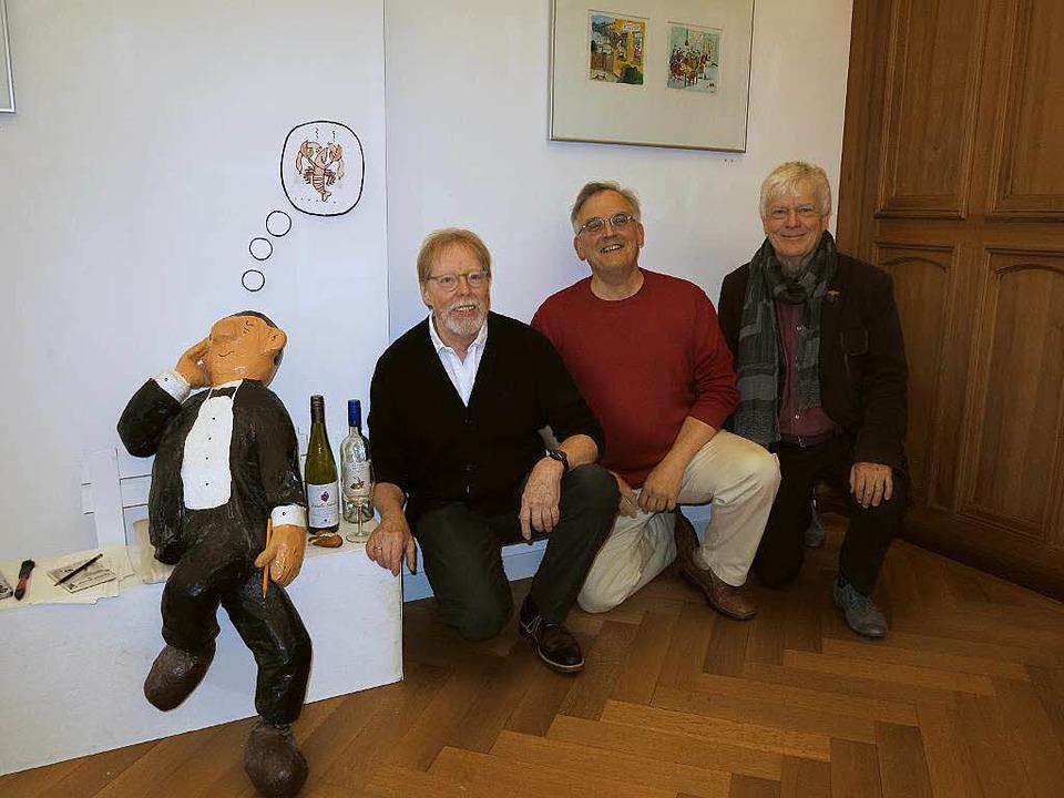Kurator Wolfgang Baaske mit den beiden...roßherzoglichen Palais in Badenweiler.  | Foto: Dorothee Philipp