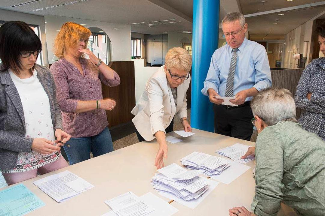 Gibt es davon eine Wiederholung? Wahlh...uszählen der Stimmzettel in Neuenburg.    Foto: Volker Münch