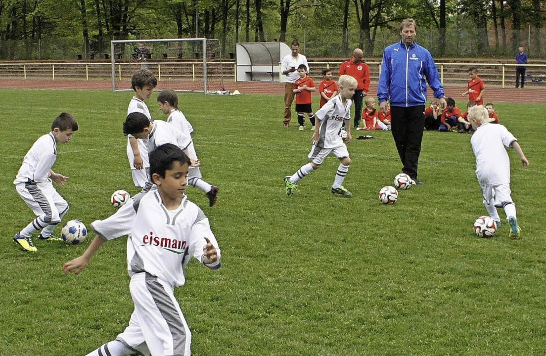 Mit Begeisterung bei der Sache waren d...it Fußballweltmeister Guido Buchwald.   | Foto: Reinhard Herbrig