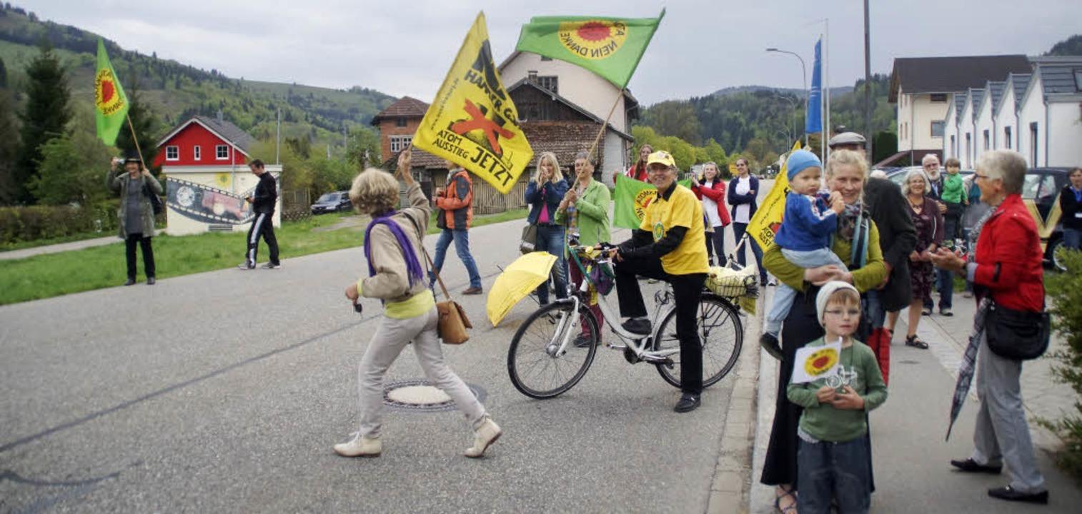 Als die Läufer bei der EWS Schönau ankommen, wird gejubelt und applaudiert.   | Foto: verena wehrle