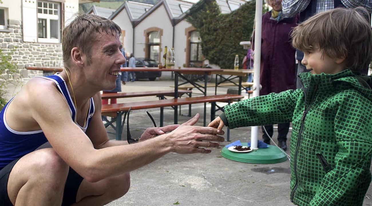 Erster!  Jan (rechts) gratuliert Christian Burger, der 4:01 Stunden lief.  | Foto: Verena Wehrle