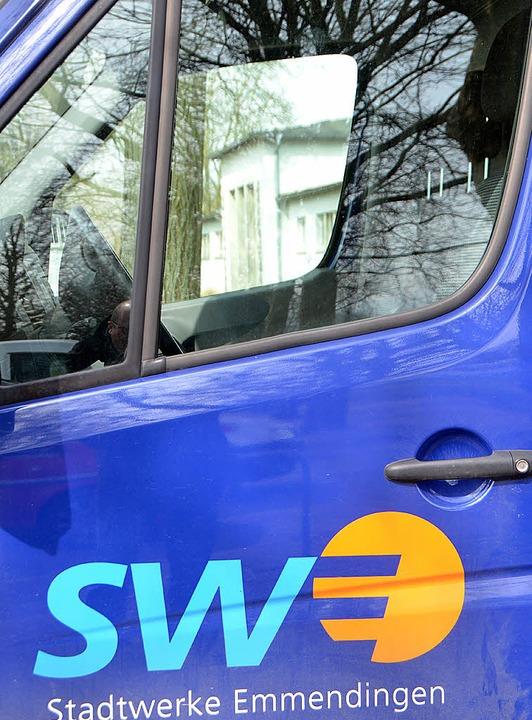 Bild mit Symbolkraft: Die Stadtwerke ü...d, das sich  im Autofenster spiegelt.     Foto: Walser