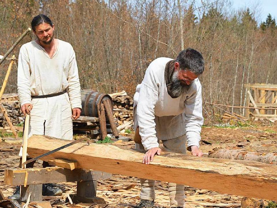 Werkeln wie im Mittelalter: Mitarbeiter von Campus Galli  | Foto: Bloedner