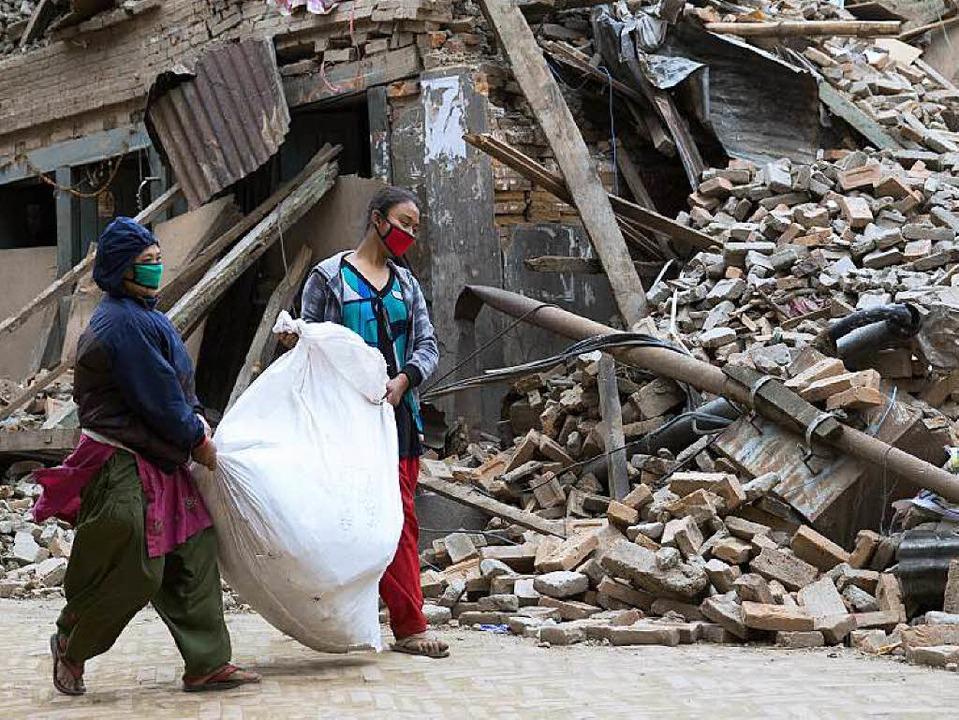 Zwei Frauen in den Ruinen von Kathmandu   | Foto: AFP