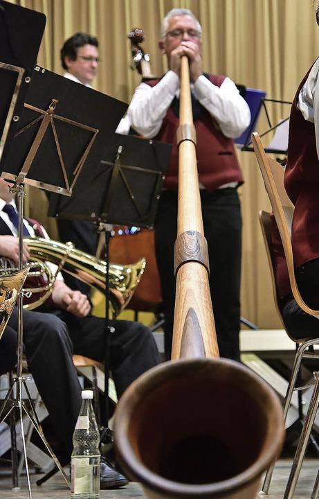 Christian Gutjahr mit dem größten Instrument des Abends.  | Foto: Hans-E. Meidhof