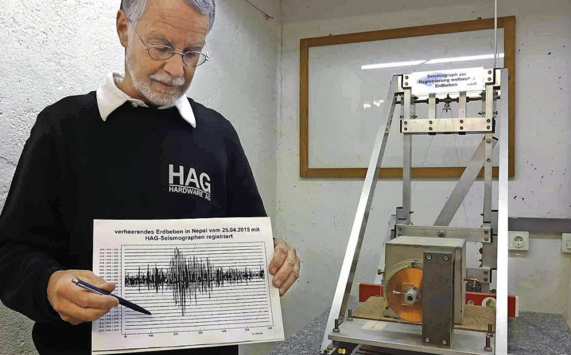 Winfried Sturm zeigt, wie das Erdbeben...ographen in Staufen registriert wurde.  | Foto: privat