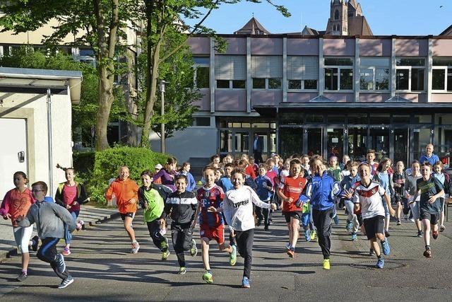 Schüler joggen für neue Sitzgelegenheiten