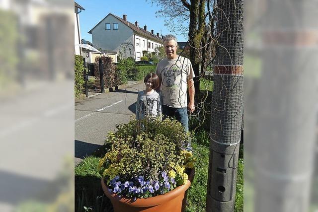 Familie gestaltet öffentliches Grün