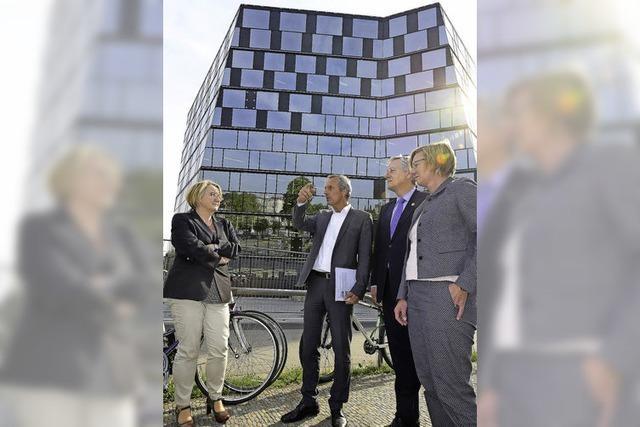 Wissenschaftsministerin Theresa Bauer und Grünen-Fraktionschefin Edith Sitzmann haben die neue UB besucht