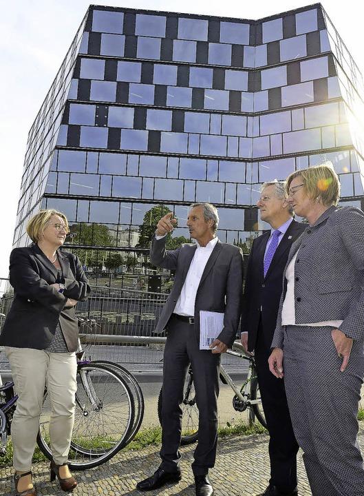 Besichtigung der neuen UB (von links):... grüne Fraktionschefin Edith Sitzmann.  | Foto: ingo schneider