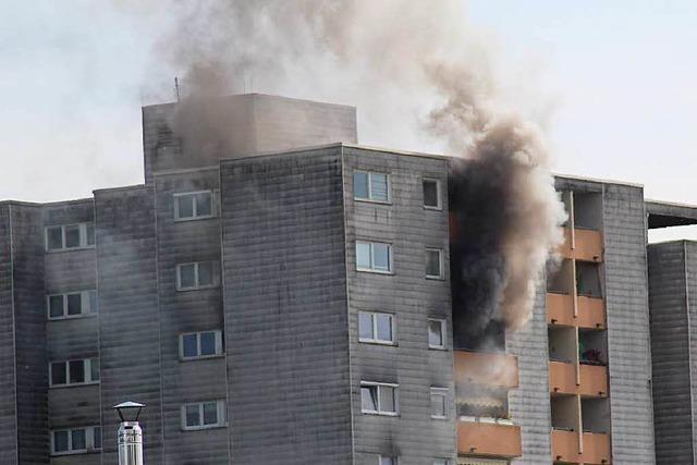 Brand in Hochhaus – Feuerwehr rettet 6 Menschen