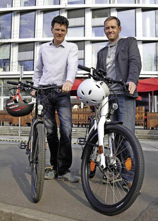 Die Firmenchefs Ulrich Prediger (recht...; und dem obligatorischen Fahrradhelm.  | Foto: Thomas Kunz
