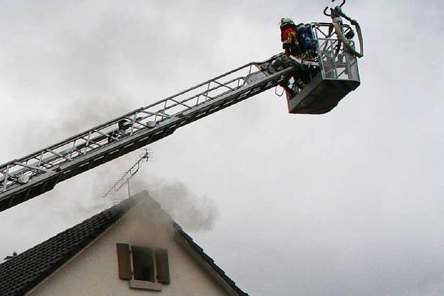 Brand in Istein: Wohnhaus in Flammen – Bewohner rettet sich aufs Dach