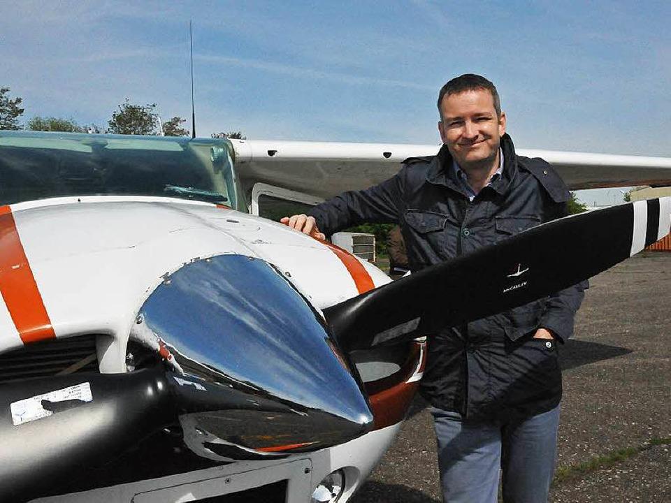 Pilot Frank Kasparek vor der Cessna, d...en durch  Hagelschlag minimieren soll.  | Foto: Helmut Seller