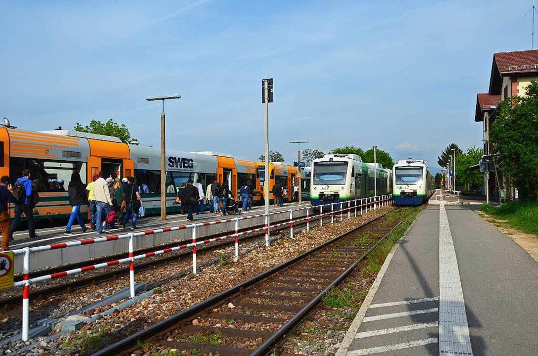 Zur Großbaustelle wird der Gottenheime...eis 1 kommende Zug (rechts)  getrennt.  | Foto: Manfred Frietsch
