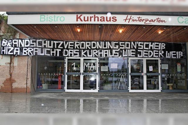 Protest gegen Kurhaus-Schießung: XXL-Spruchbänder in der Mai-Nacht