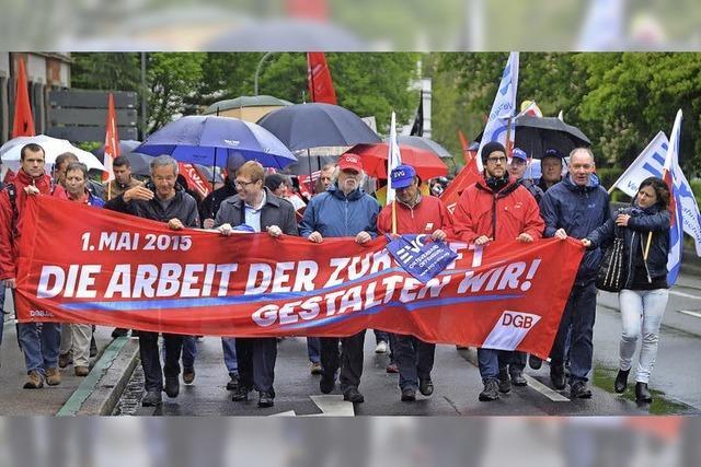 Demonstranten trotzen dem Regen