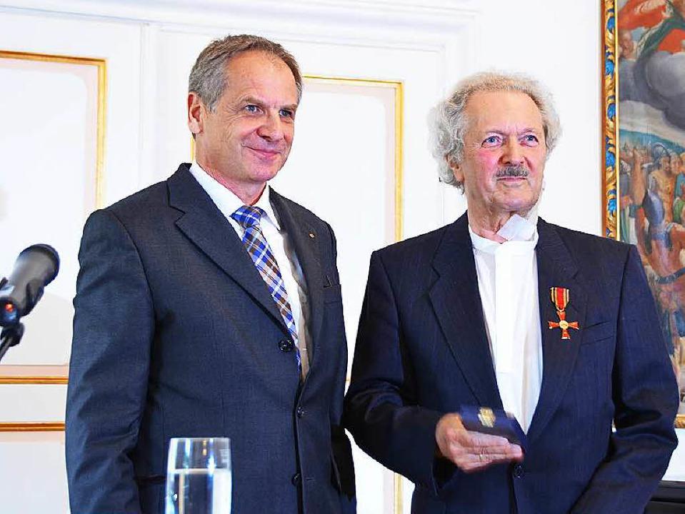 Innenminister Reinhold Gall (links) üb...torden der Bundesrepublik Deutschland.  | Foto: Sylvia Timm