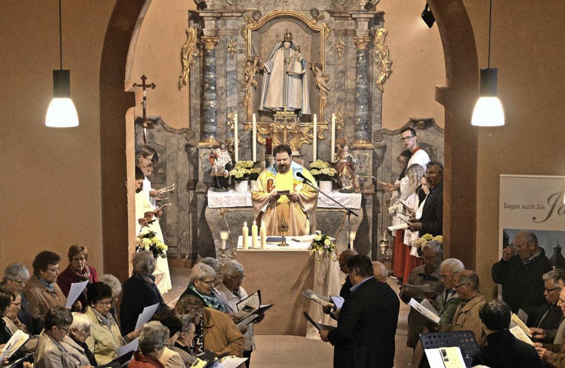 Pfarrer Steffen Jelic leitete die Feie...eröffnung der renovierten Leutkirche.   | Foto: (2) lisa geppert