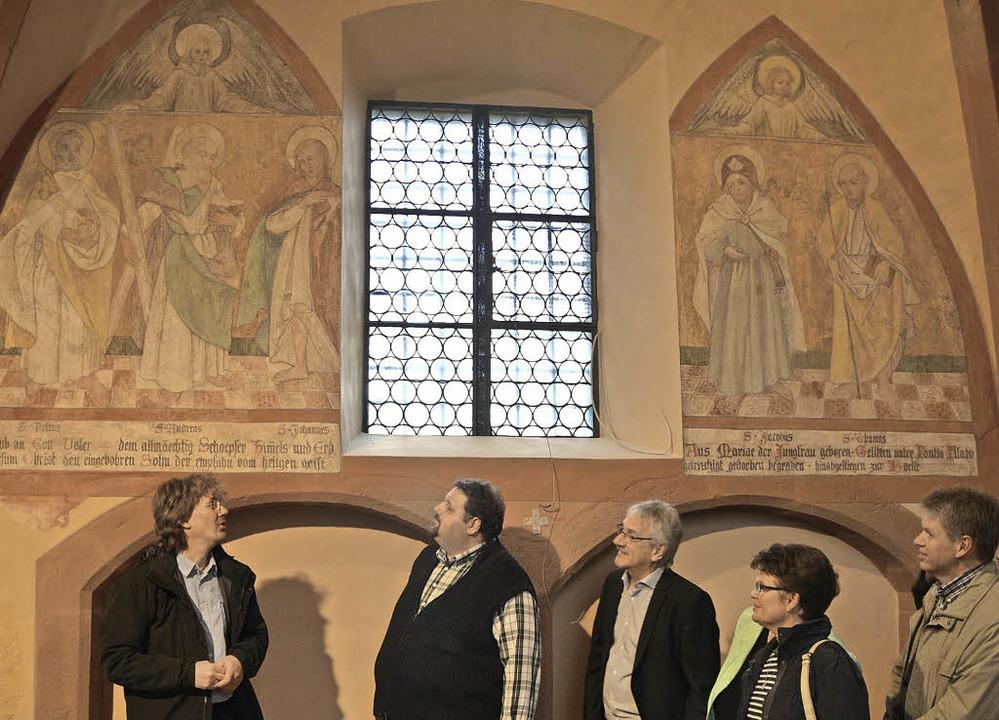 Bernhard Wink (links) erklärte die freigelegten Fresken.  | Foto: Lisa Geppert