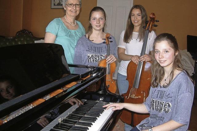 Podium für drei junge Musikerinnen