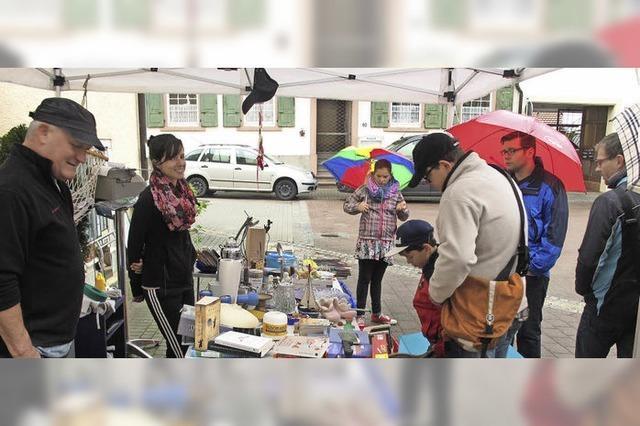 Flohmarkt trotzt Regen