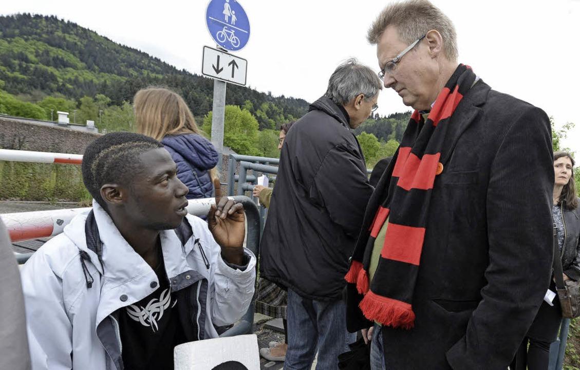 Kulturbürgermeister Ulrich von Kirchba...rt sich eine Flüchtlingsgeschichte an.  | Foto: Rita Eggstein