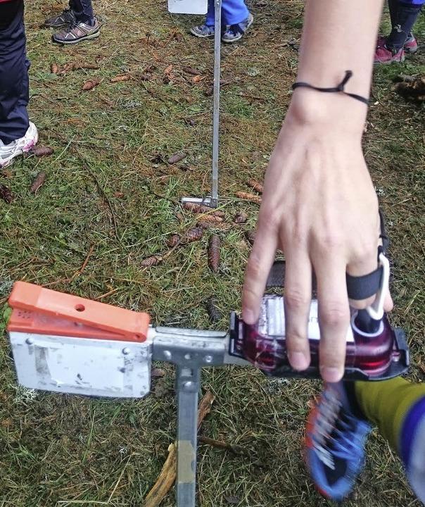 Technik okay? An der Prüfstation im St...werden die Chips an der Hand getestet.  | Foto: eickhoff
