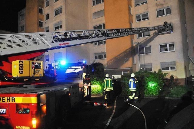 Feuerwehr rettet 15 Menschen aus Wohnblock in Offenburg