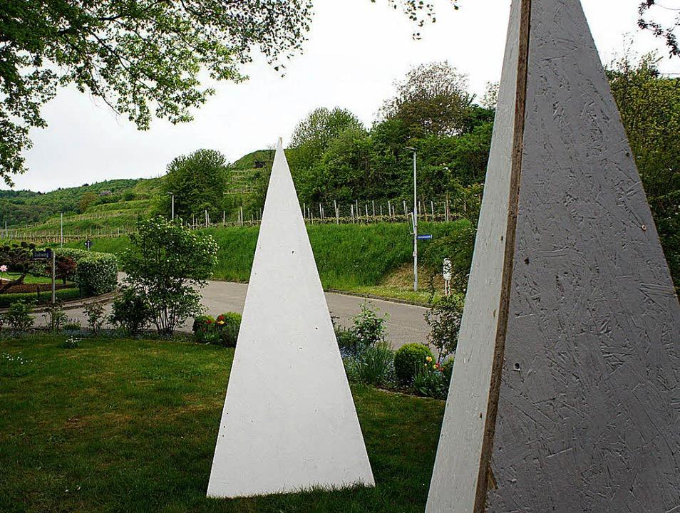 Geheimnisvolle Pyramiden zieren seit d...n Jahren zurück in der Winzergemeinde.  | Foto: Privat