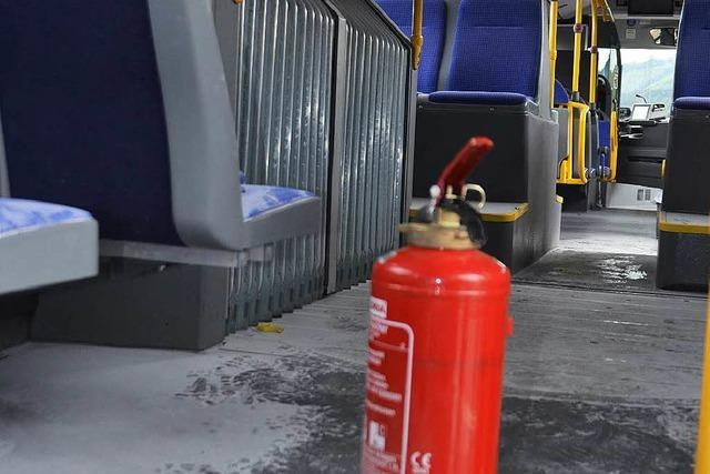 Fahrer löscht kleinen Brand in Linienbus –Ein Verletzter