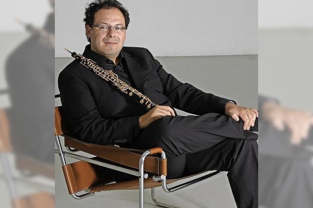Der Oboist Jaime González spielt bei der Gemeinschaft Am Bruckwald in Waldkirch