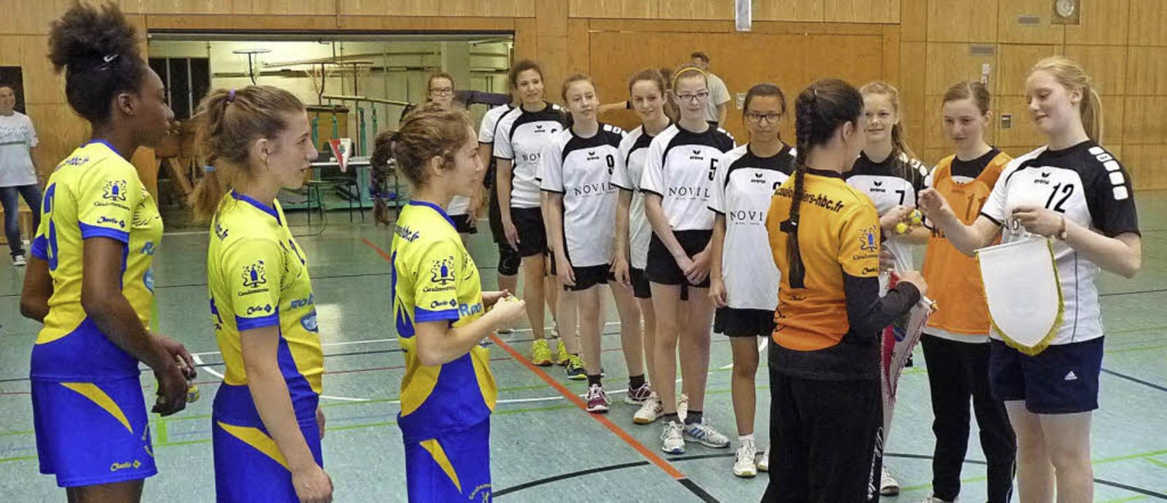 Wimpeltausch vor dem Anpfiff der Handballmädchen aus Neustadt und Coulommiers.   | Foto: Privat