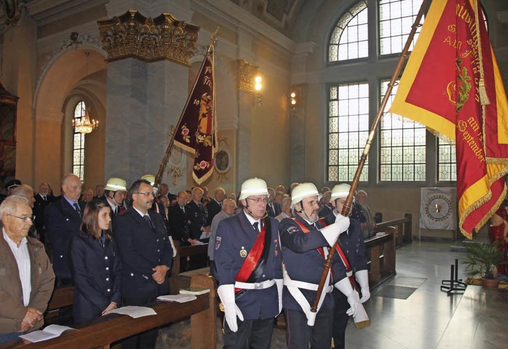Prächtige Fahnen: Zur Floriansmesse in...erwehrleute aus dem ganzen Landkreis.     Foto: ZVG