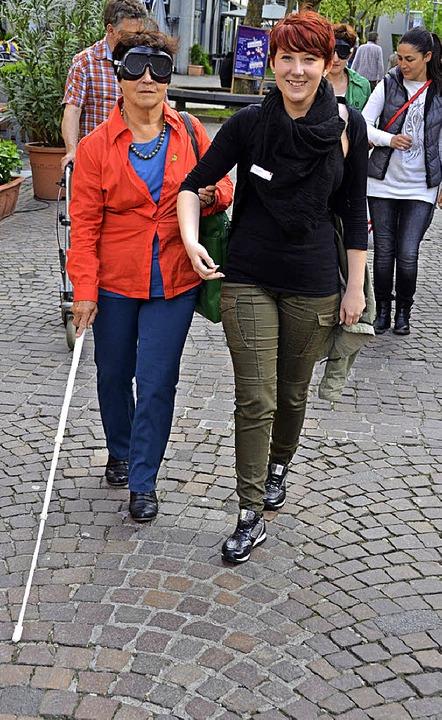 Blindversuch: Stadträtin Brigitte Mart...e –  mit Sicherheitsbegleiterin.  | Foto: Nikolaus Trenz