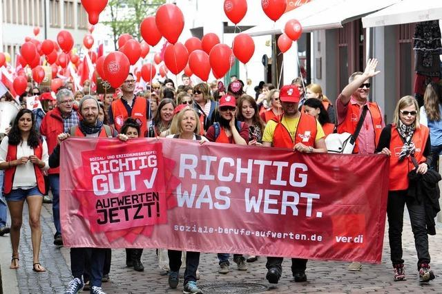 Erzieherinnen demonstrieren in der Freiburger Innenstadt