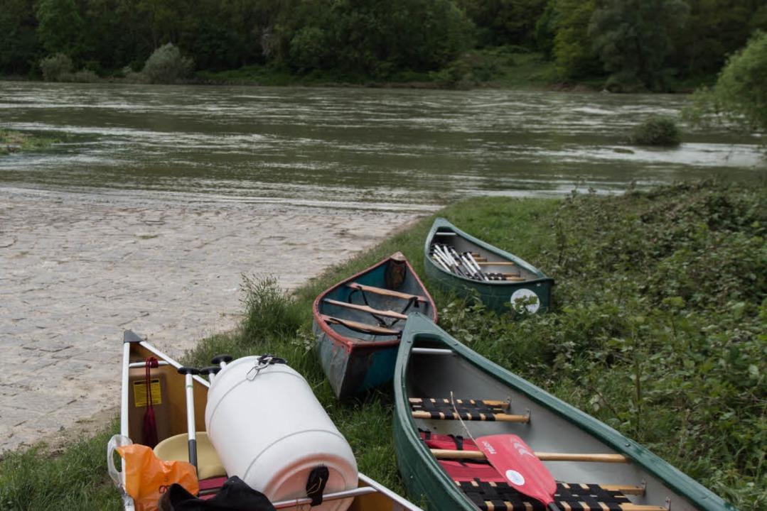 Großeinsatz am Rhein – eine Boot... fast 100 Rettungskräfte auf den Plan.  | Foto: dpa