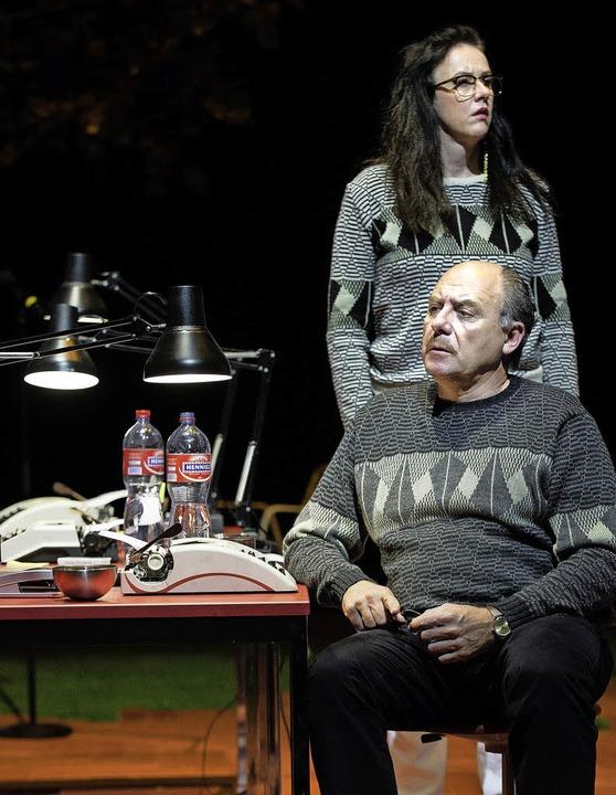 """Szene aus """"Vom Verschwinden vom ...ndereggen und Andrea Bettini (vorne).     Foto: Judith Schlosser"""
