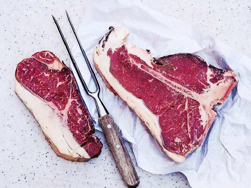 Der Fettrand der Steaks sollte beim Braten dranbleiben.   | Foto: Michael Wissing