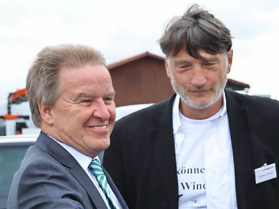 Umweltminister Franz Untersteller und Achim Achatz, Vorstand Solarcomplex  | Foto: Juliane Kühnemund