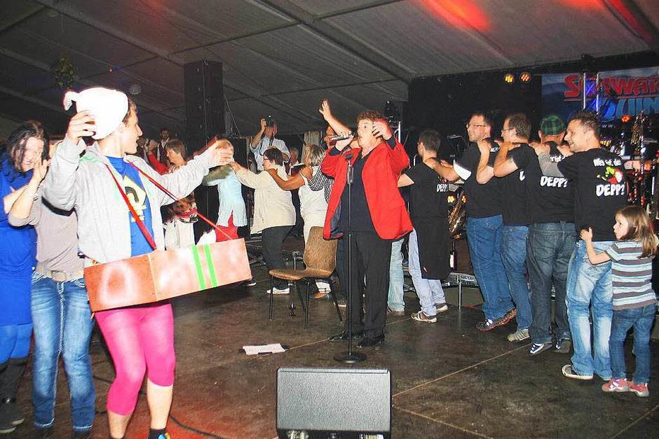 Polonaise tanzten die Festgäste um Stargast Tony Marshall herum. (Foto: Helmut Hassler)