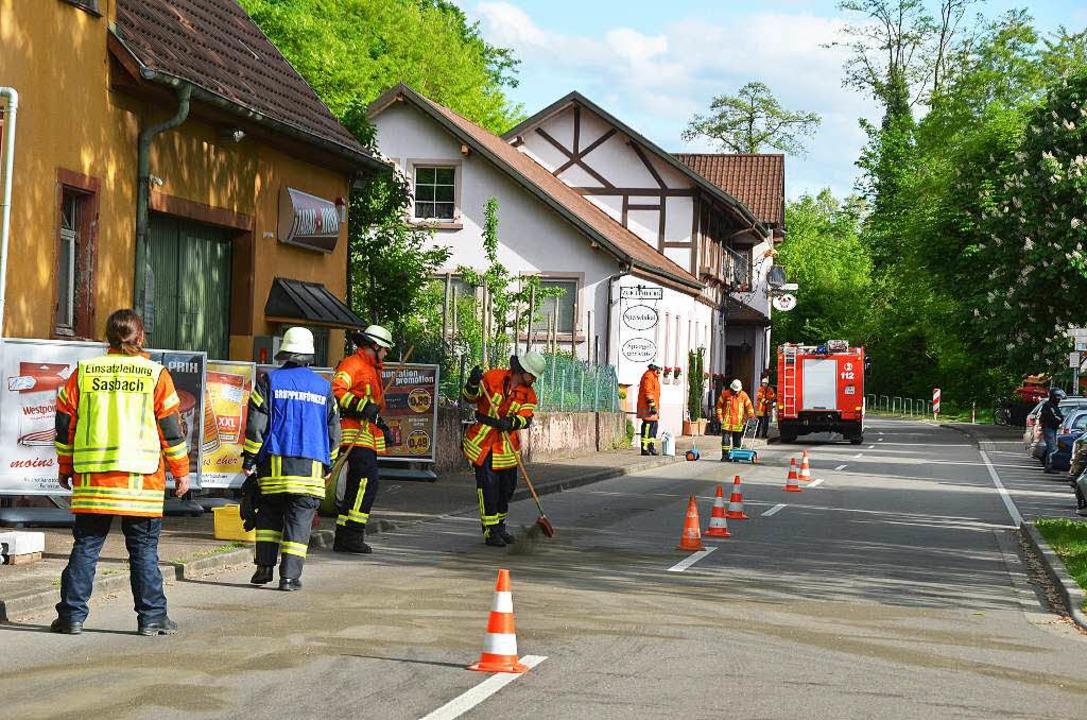 Eine 350 Meter lange Ölspur beseitigte die Feuerwehr am Rhein bei Sasbach.   | Foto: Roland Vitt