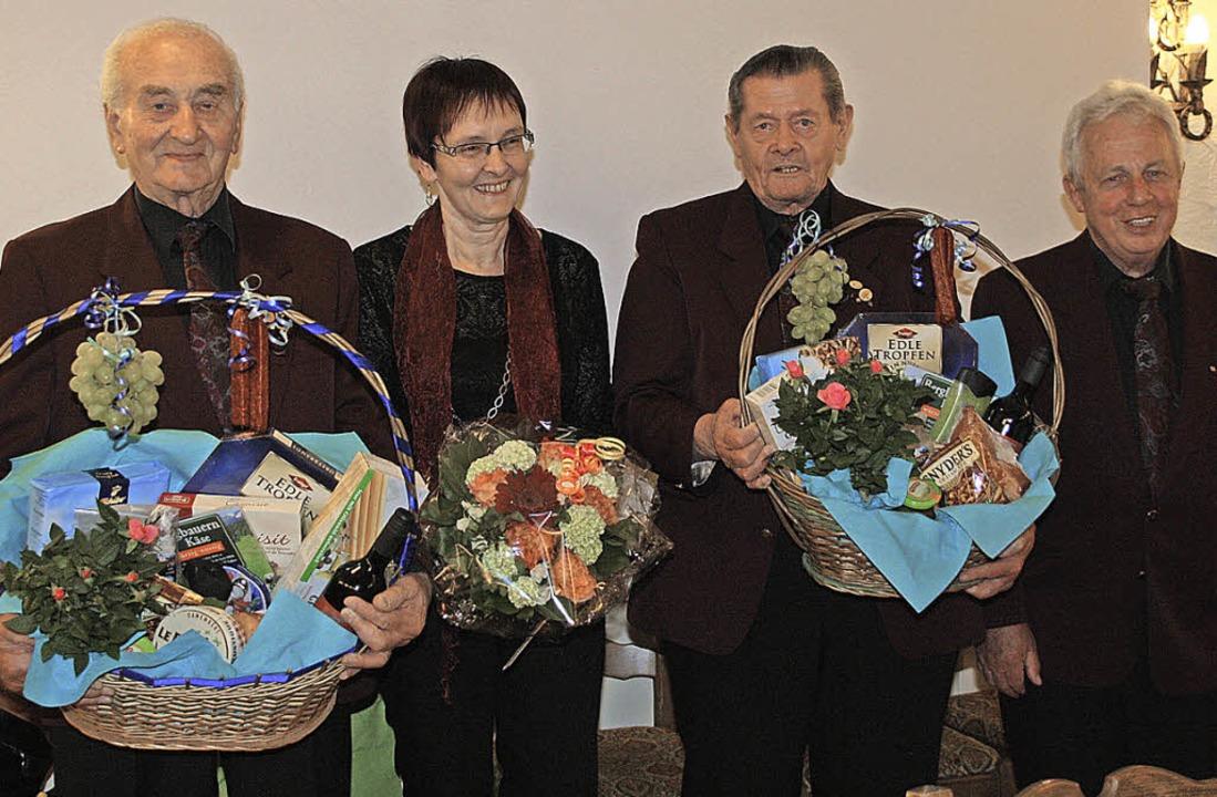 Karl Krumm, Sigrun Bühler und Walter L...ür langjährige Sängertätigkeit geehrt.  | Foto: CHRISTIANE FRANZ