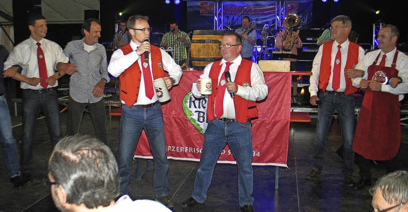 Axel Ringswald und Daniel Kietz singen das Riegeler Bockbierfestlied.  | Foto: Helmut Hassler
