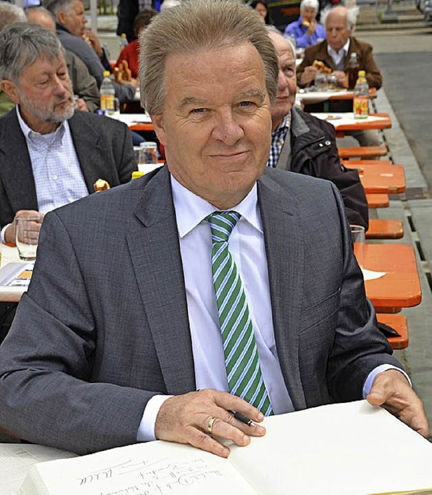Umweltminister Franz Untersteller vere...h im Goldenen Buch der Stadt Bonndorf.  | Foto: Juliane Kühnemund