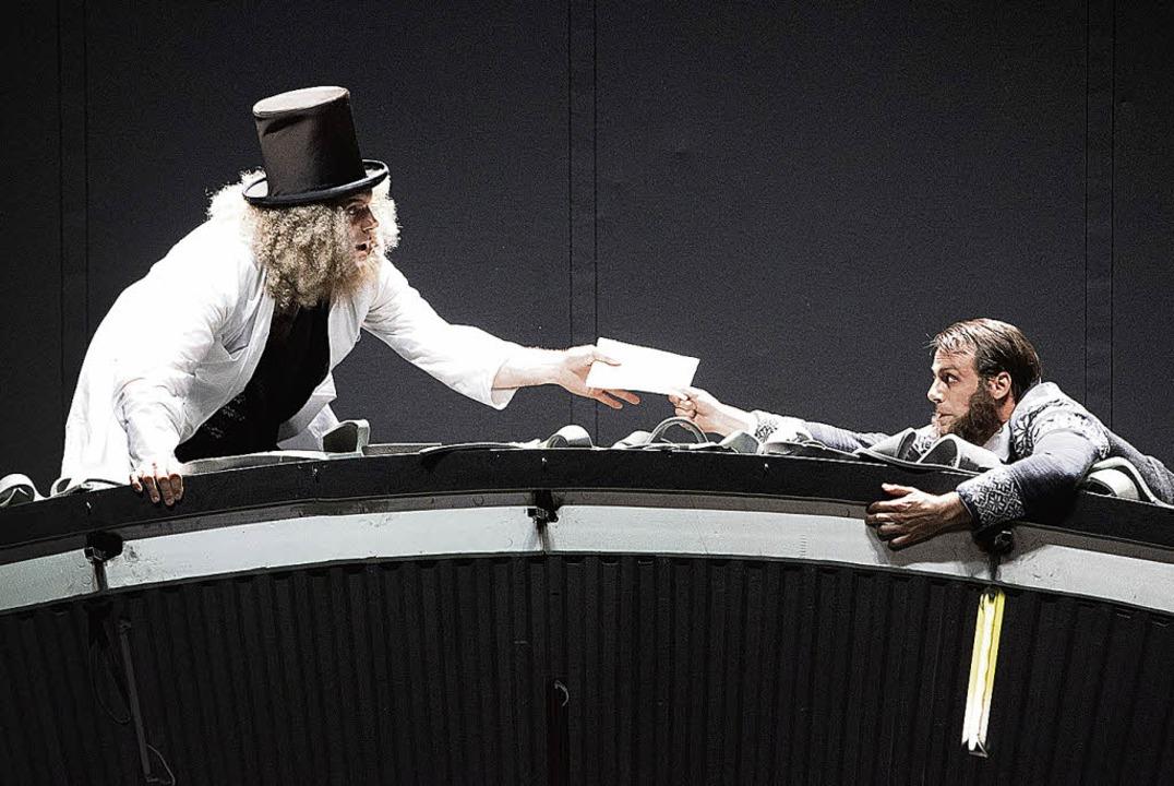 Aufs Dach: Dr. Stockmann (Martin Weigel) und sein Bruder  (Konrad Singer)    Foto: Muranyi