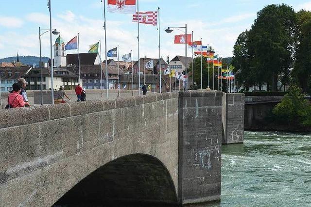 Fahnenmasten auf der alten Rheinbrücke umgeknickt